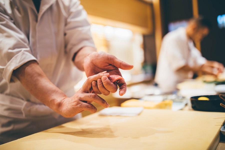 寿司を握っている職人